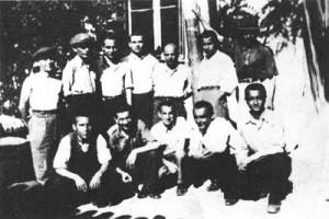 """Δραπέτες, μέλη της Τροτσκιστικής """"Διεθνούς Κομμουνιστικής Λίγκας"""" από το στρατόπεδο της Ακροναυπλίας. Λάζαρος Τουρνόπουλος, Άγις Στίνας (2ος από αριστερά), Γιάννης Κρόκος, Δημοσθένης Βουρσούκης, Γιάννης Μακρής, Γιάννης Ξυπόλητος, Νικόλαος Ρεμπάτσικας, Ηρακλής Μήτσου, Χρήστος Σούλας, Χρήστος Αναστασιάδης, Παρασκευάς Παπανικολάου, Λουκάς Καρλαύτης"""